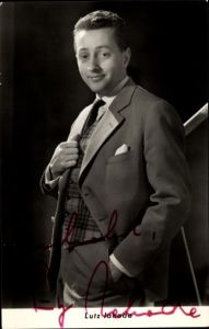 Ak Schauspieler Lutz Jahoda, Portrait im Anzug, Autogramm