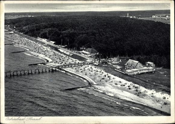 Ak Graal Müritz im Kreis Rostock, Blick auf den Strand, Wald, Fliegeraufnahme 0