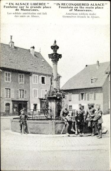 Ak Elsaß Haut Rhin, Fontaine sur la grande Place de Massevaux, Soldats américains