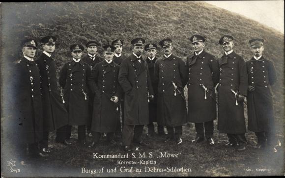 Ak Korvettenkapitän Graf zu Dohna Schlodien, Kommandant der SMS Möve, Portrait mit Mannschaft