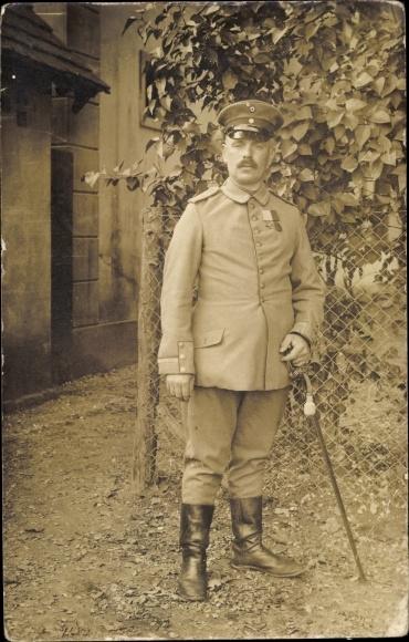 Foto Ak Deutscher Soldat in Uniform mit Orden, Stiefel
