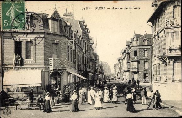 Ak Mers Somme, Avenue de la Gare, Cafe de l'Avenue de la Gare Marquant, Anwohner, Passanten