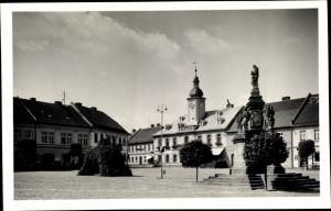 Ak Doksy Hirschberg am See Reg. Reichenberg, Marktplatz, Denkmal, Rathaus