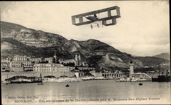 Ak Monaco, H. Rougier sur biplan Voisin, Flugzeug über dem Meer, Küstenpartie