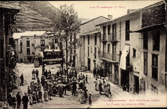 Ak San Sant Julià de Lòria Andorra, La Place, un jour de Fete, Platz am Festtag, Anwohner, Tanz
