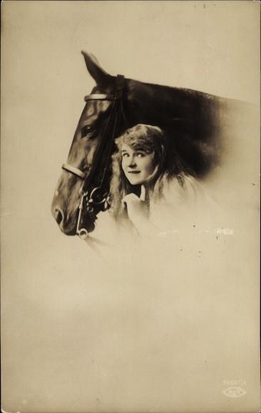 Ak Junge Frau neben einem Pferd mit Zaumzeug, BNK 34691 4
