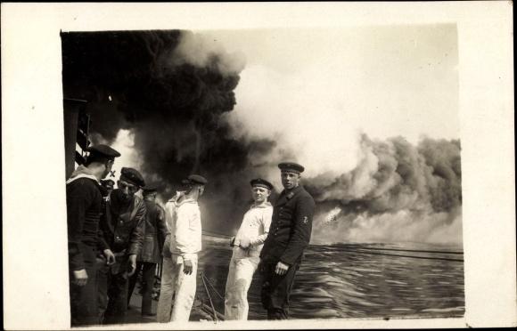 Foto Ak Deutsches Kriegsschiff, T 155, Weißschwarze Nebelwand aus dem Schornstein, Matrosen
