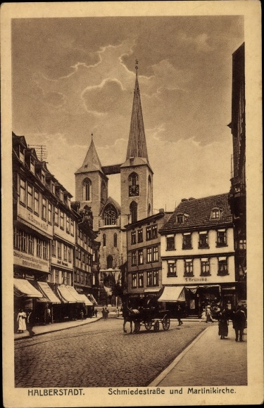 Ak Halberstadt in Sachsen Anhalt, Schmiedestraße und Martinikirche, Passanten