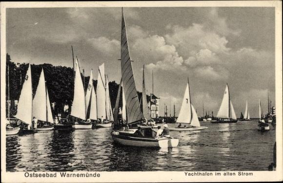 Ak Rostock Warnemünde, Yachthafen im alten Strom, Segelboote vom Wasser gesehen