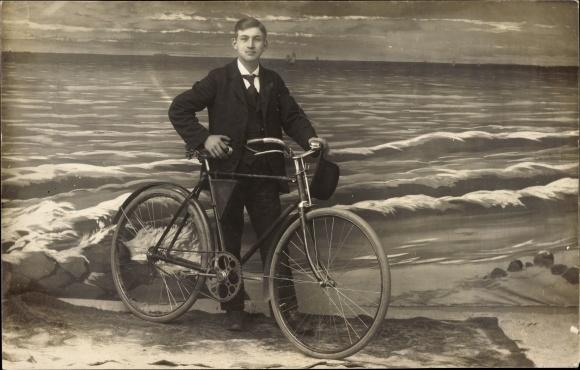 Foto Ak Junger Mann an einem Fahrrad, Melonenhut