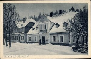 Ak Potůčky Breitenbach Reg. Karlsbad, Blick auf die Dreckschänke im Winter