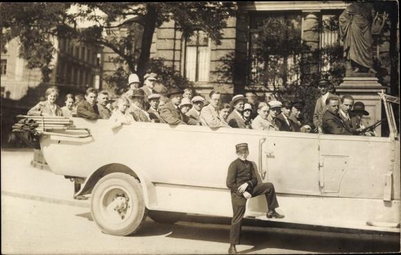 Foto Ak Personen in einem Omnibus mit offenem Verdeck, Stadtrundfahrt
