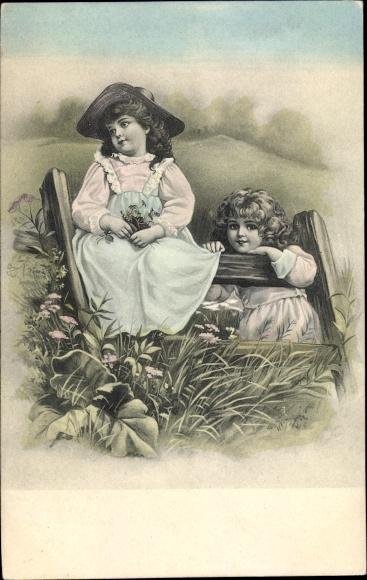 Künstler Ak Zwei Mädchen an einem Gartenzaun auf einer Wiese