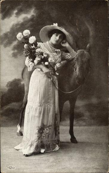 Ak Frau in langem Kleid mit Hut und Blumenstrauß mit einem Fohlen