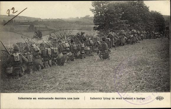 Ak Infanterie en embuscade derrière une haie, Französische Soldaten