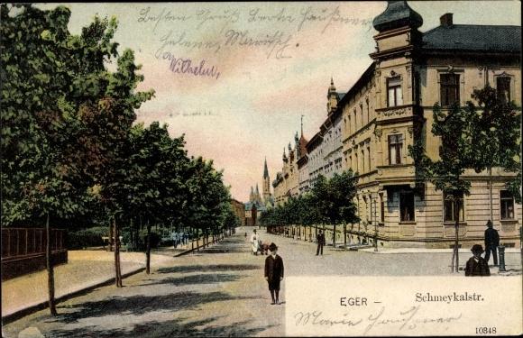 Ak Eger Reg. Karlsbad, Schmeykalstraße, Allee, Kirche, Panorama, Passanten