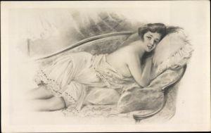 Künstler Ak Junge Frau in Nachthemd auf einem Sofa, Busen, Schulter, Frauenakt