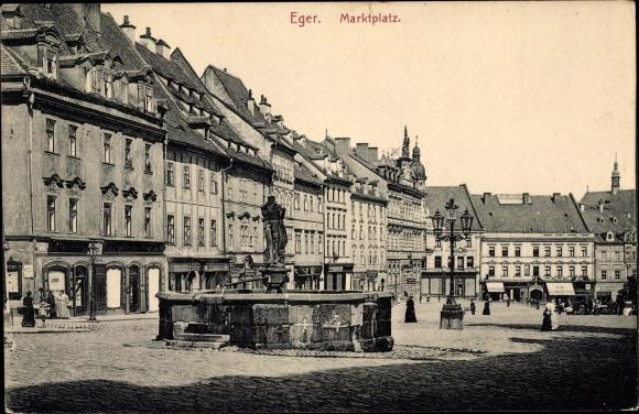 Ak Cheb Eger Reg. Karlsbad, Marktplatz, Brunnen