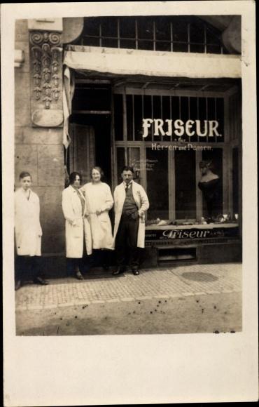 Foto Ak Friseur für Herren und Damen, Friseurgeschäft, Mitarbeiter, Schaufenster