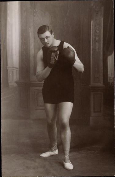 Foto Ak Boxer in Boxpose, Boxhandschuhe, Boxerschuhe
