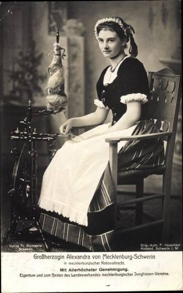 Ak Großherzogin Alexandra von Mecklenburg, Spinnrad, Sitzportrait