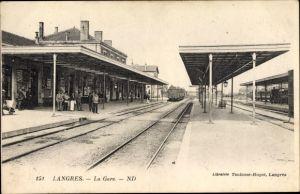 Ak Langres Haute Marne, La Gare, Bahnhof von der Gleisseite, Bahnsteige, Passagiere