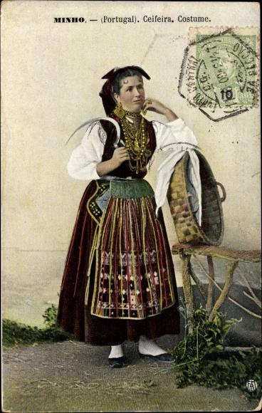 Ak Minho Portugal, Ceifeira, Costume, Bäuerin mit Sense in Tracht