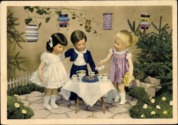 Ak Käthe Kruse Puppen um einen Kaffeetisch, Lampions, Blumen