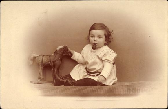 Foto Ak Kleinkind mit Spielzeugpferd, Schnuller
