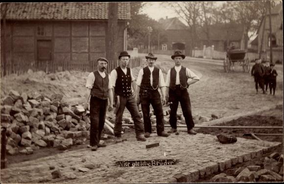 Foto Ak Gamsen Gifhorn in Niedersachsen, Vier gleiche Brüder, Handwerker beim Straßenbau, Pflaster