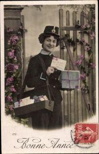Ak Glückwunsch Neujahr, Postbotin mit Briefen, Briefträgerin