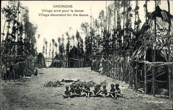 Ak Ononghe Papua Neuguinea, Village orné pour la danse, Dorfansicht, Kinder