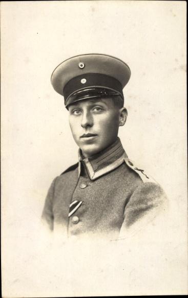 Foto Ak Portrait von einem Soldaten in Uniform, Flieger, Knopfband