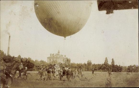 Foto Ak Eichach Zweiflingen BW, Fesselballon über einem Feld, Soldaten