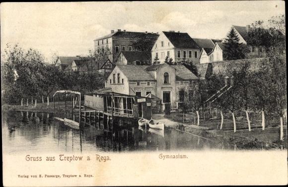 Ak Trzebiatów Treptow Rega Pommern, Gymnasium, Uferpartie, Anlegestelle, Garten