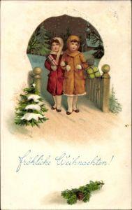 Präge Litho Glückwunsch Weihnachten, Zwei Mädchen in Wintermänteln mit Geschenken, Tannenbaum