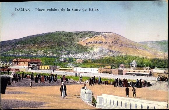 Ak Damaskus Syrien, place voisine de la Gare de Hijaz, Eisenbahn, Passanten, Panorama