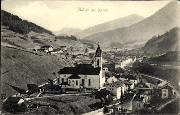 Ak Matrei am Brenner in Tirol, Kirche, Bahnstrecke, Panorama vom Ort