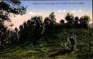 Ak Infanterie in Erwartung des Feindes auf einer Anhöhe, Deutsche Soldaten