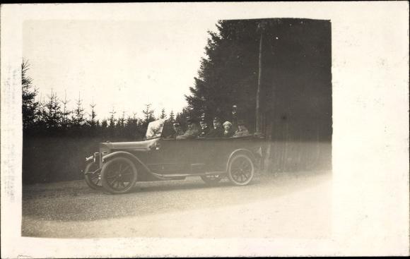 Foto Ak Passagiere in einem Automobil, Offenes Verdeck