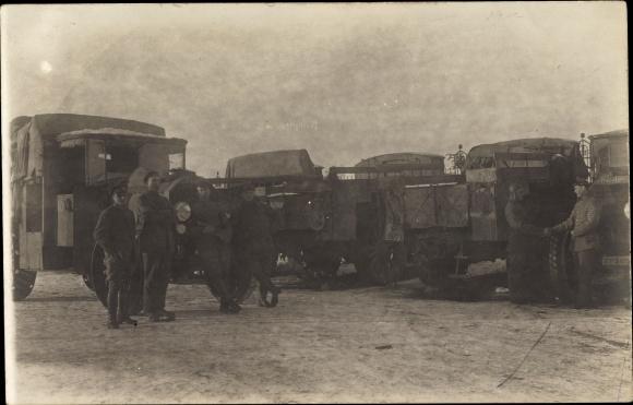 Foto Ak Soldaten an Daimler LKWs, Lastkraftwagen
