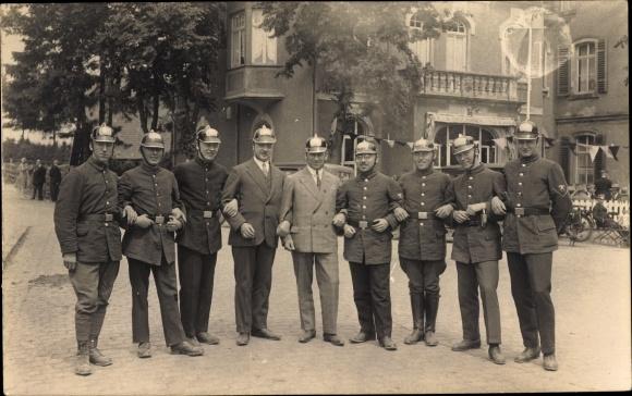 Foto Ak Feuerwehrmänner in Dienstuniformen, Helme, Gruppenportrait