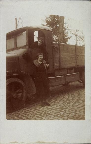 Foto Ak Zwei Frauen an einem LKW, Holzräder