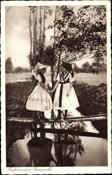 Ak Zwei Frauen in Volkstrachten aus dem Spreewald auf einem Steg