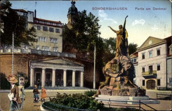 Ak Sondershausen im Kyffhäuserkreis Thüringen, Denkmal, Gesamtansicht, Wachen, Passanten