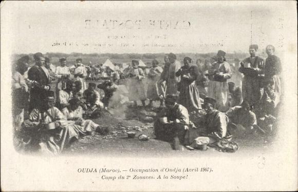 Ak Oudjda Oujda Marokko, Occupation 1907, Camp du 2e Zouaves, A la Soupe!, Soldaten bei Mahlzeit