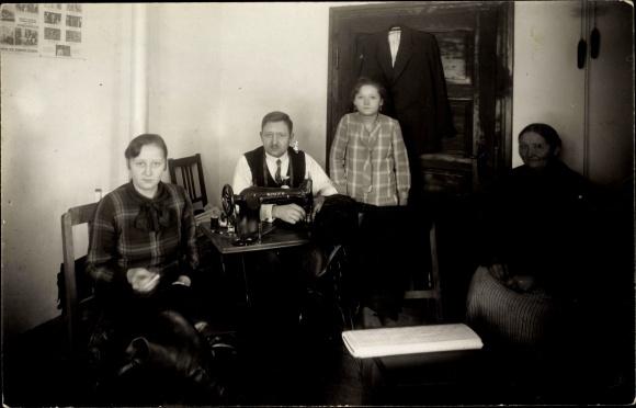 Foto Ak Familie in der Nähstube, Singer Nähmaschine, Plakat Kauft direkt bei dem Schneidermeister