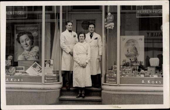 Foto Ak Deutschland, Friseursalon A. Koks, Schaufenster, Friseure am Eingang, Reklame Creme Mouson