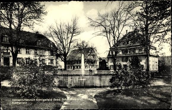 Ak Königsfeld im Schwarzwald Baar Kreis, Kirchplatz, Springbrunnen, Wohnhäuser