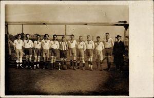Foto Ak Fußballmannschaft vor einem Tor, Trikots, Gruppenportrait